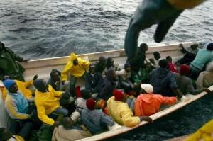 Un grupo de inmigrantes subsaharianos llega a las costas españolas en una embarcación de pesca tradicional el 16 de marzo de 2006. (c) Pedro ARMESTRE