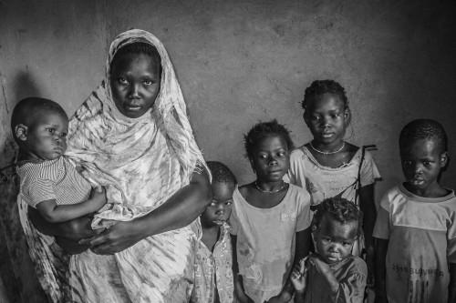 Sonash Mint Abdrasman, junto a sus seis hijos en el pueblo mauritano de Idechoue.