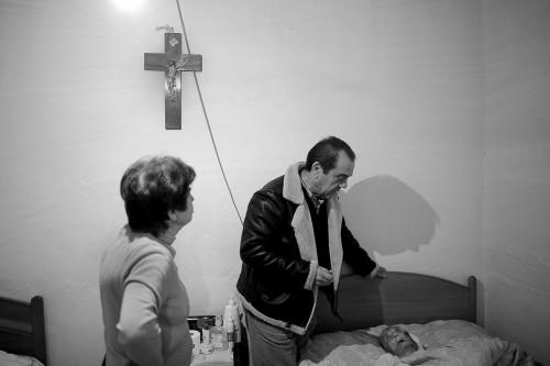 Luis Rodríguez atiende a un paciente durante la realización de nuestro reportaje sobre la sanidad rural. pulsa sobre la imagen para ver la galería de imágenes