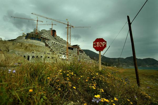 El hotel ilegal de la playa de El Algarrobico en el Parque Natural de Cabo de Gata, en Carboneras, cerca de Almería. 05 Mayo 2005 (c) Pedro Armestre.