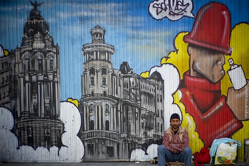 El rumano Amet Lusein espera limosna en la Gran vía Madrileña.  Fotografiado con la cámara Fujifilm X-pro1. Si pulsas sobre la imagen podrás conocer todas sus características.