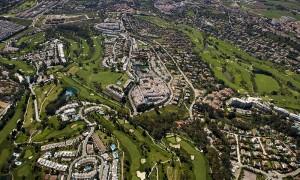Imagen aérea de la ciudad costera de Marbella, en Málaga.    Fujifilm nos acompaña en el viaje. Podréis ver el resultado del trabajo realizado con sus cámaras en el informe Destrucción a Toda Costa 2013 de Greenpeace.