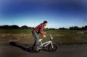 Mongli, así llaman a Andrés sus amigos. Es uno de los niños que sin miedo a la contaminación juega en la zona supuestamente regenerada con su bicicleta. Por su manera de hablar la conoce bien a pesar de los numerosos caminos que la recorren. Vive en el Barrio de Pérez Cubilla, el más cercano a la zona contaminada.