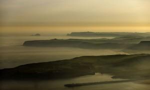 En primer plano la entrada del puerto de Aviles y el paisaje natural de Cabo Peñas, en Gozón, Asturias. 15 abril 2008.  Accede a la galería de imágenes de los lugares mejor conservados pinchando sobre la imagen. Si deseas ver el resto del proyecto puedes hacerlo en el archivo de www.pedroarmestre.com