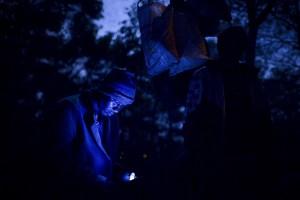 Un inmigrante atrapado en Marruecos e intentando llegar a Europa consulta su teléfono móvil. ©  Pedro ARMESTRE