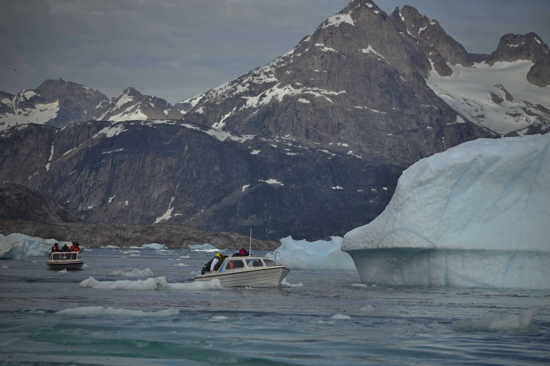 El grupo de #SalvaelÁrtico navega sorteando los icebergs en este segundo día de expedición.