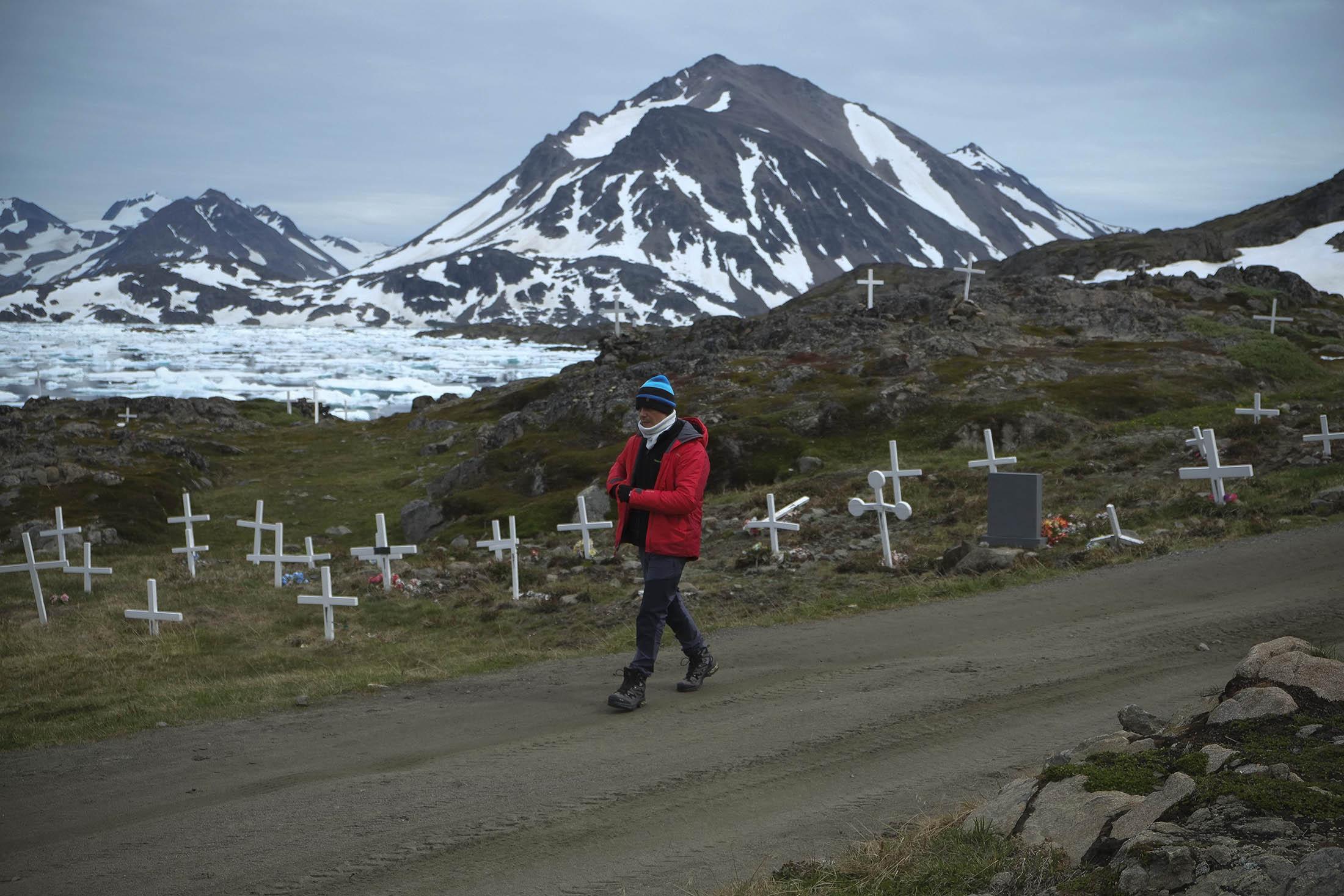 El cantante Alejandro Sanz, miembro de la expedición #SalvaelÁrtico, en el primer día de ruta en Kulusuk.