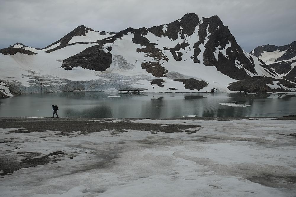 El expedicionario Jose Naranjo camina sobre el glaciar Apusiaajik, en Groenlandia, cuyo frente ha perdido 1,5 kilómetros en los últimos 15 años. La imagen ha sido hecha esta semana durante la expedición #SalvaelÁrtico con Fujifilm X-pro1( Pulsa sobre la imagen para conocer las características técnicas de la cámara).  © Pedro ARMESTRE