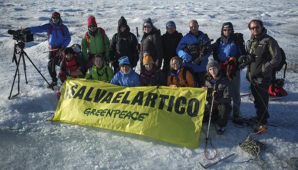 La expedición de Greenpeace en el Artico posa tras llegar al casquete polar Artico. Conoce mas de la campaña pulsando sobre la imagen. © Greenpeace/Pedro ARMESTRE