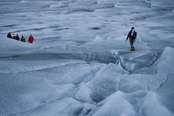 La expedición de Greenpeace llega al casqute pola Artico para mostrar las evidencias del cambio climatico, en Groenlandia. Alejandro Sanz acompaña a la expedición. La imagen ha sido tomada con Fujifilm X-pro1 ( Pulsa sobre la imagen para conocer las características técnicas de la cámara). 20 Julio 2013. © Greenpeace/Pedro ARMESTRE