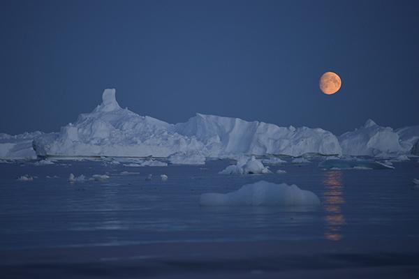 Icebergs en las proximidades del casquete Polar artico, en Groenlandia. La imagen ha sido tomada con Fujifilm X-pro1 ( Pulsa sobre la imagen para conocer las características técnicas de la cámara). 20 Julio 2013. © Greenpeace/Pedro ARMESTRE