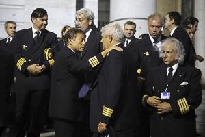 Trabajadores de la compañia aerea Spanair se saludan durante el funeral celebrado el 11 de septiembre de 2008, en conmemoración de las 154 víctimas del accidente de avión de Spanair ocurrido en Madrid el 20 de agosto de 2008 . El peor accidente aéreo de España en 25 años . (c) Pedro ARMESTRE