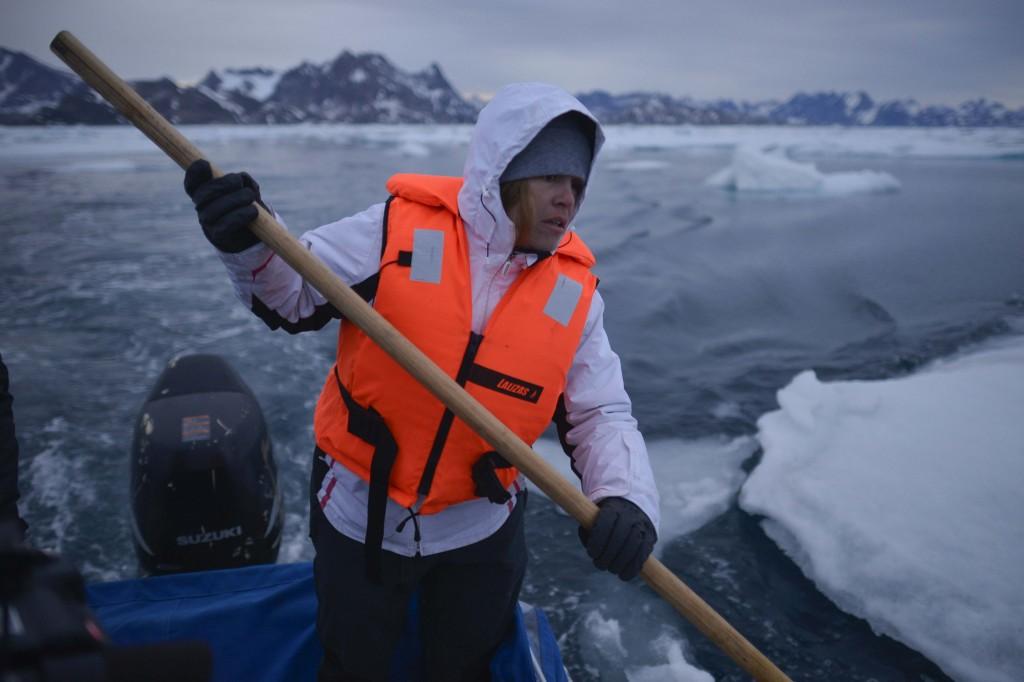 Un miembro de Greenpeace aparta bloques de hielo de la banquisa camino del casquete Polar Artico. La imagen ha sido tomada con Fujifilm X-pro1 ( Pulsa sobre la imagen para conocer las características técnicas de la cámara). © Pedro ARMESTRE