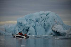Iceberg visto camino del casquete Polar Ártico.  © Pedro ARMESTRE