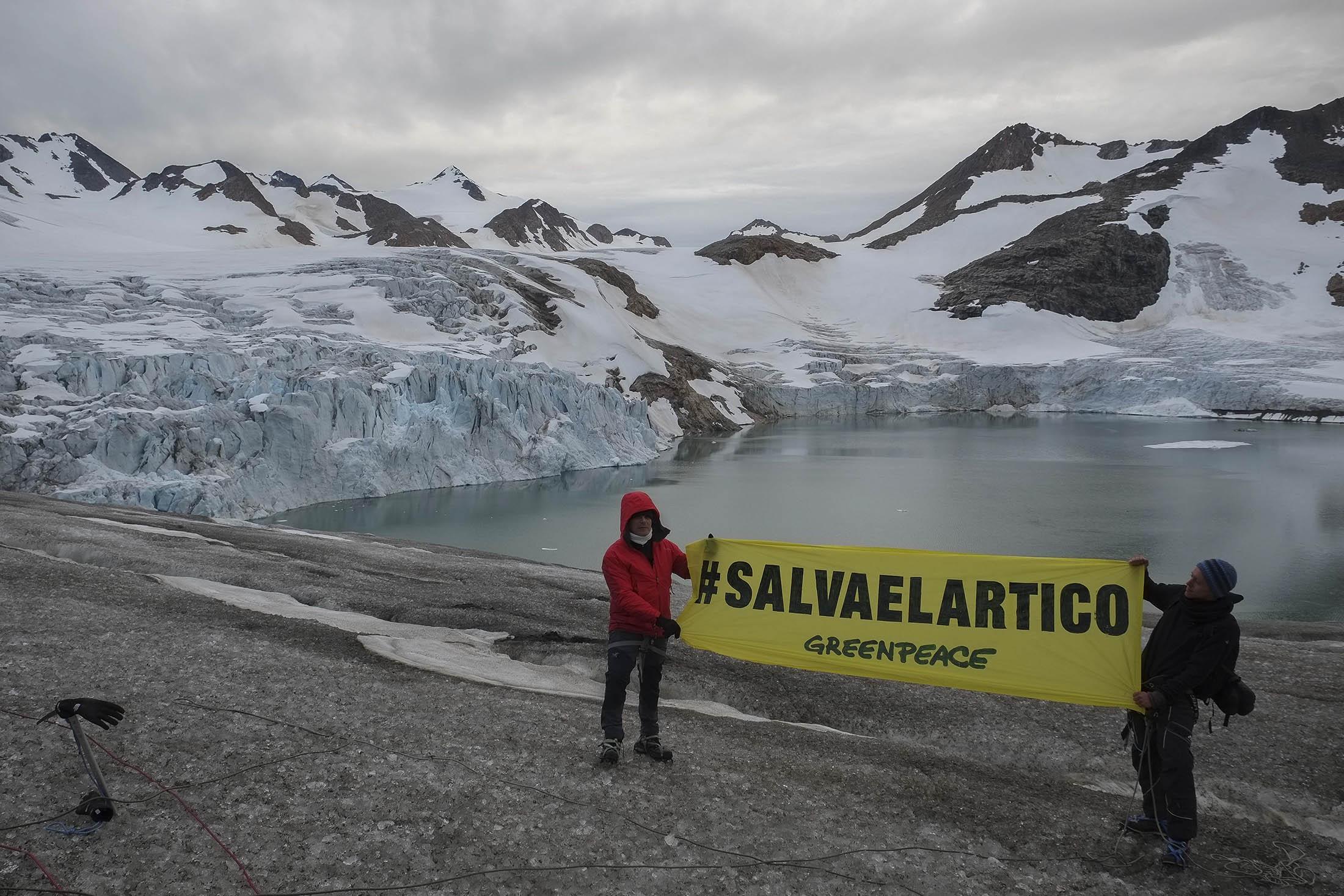 Pancarta de Greenpeace en el Ártico para pedir a Naciones Unidas que la zona tenga una especial protección