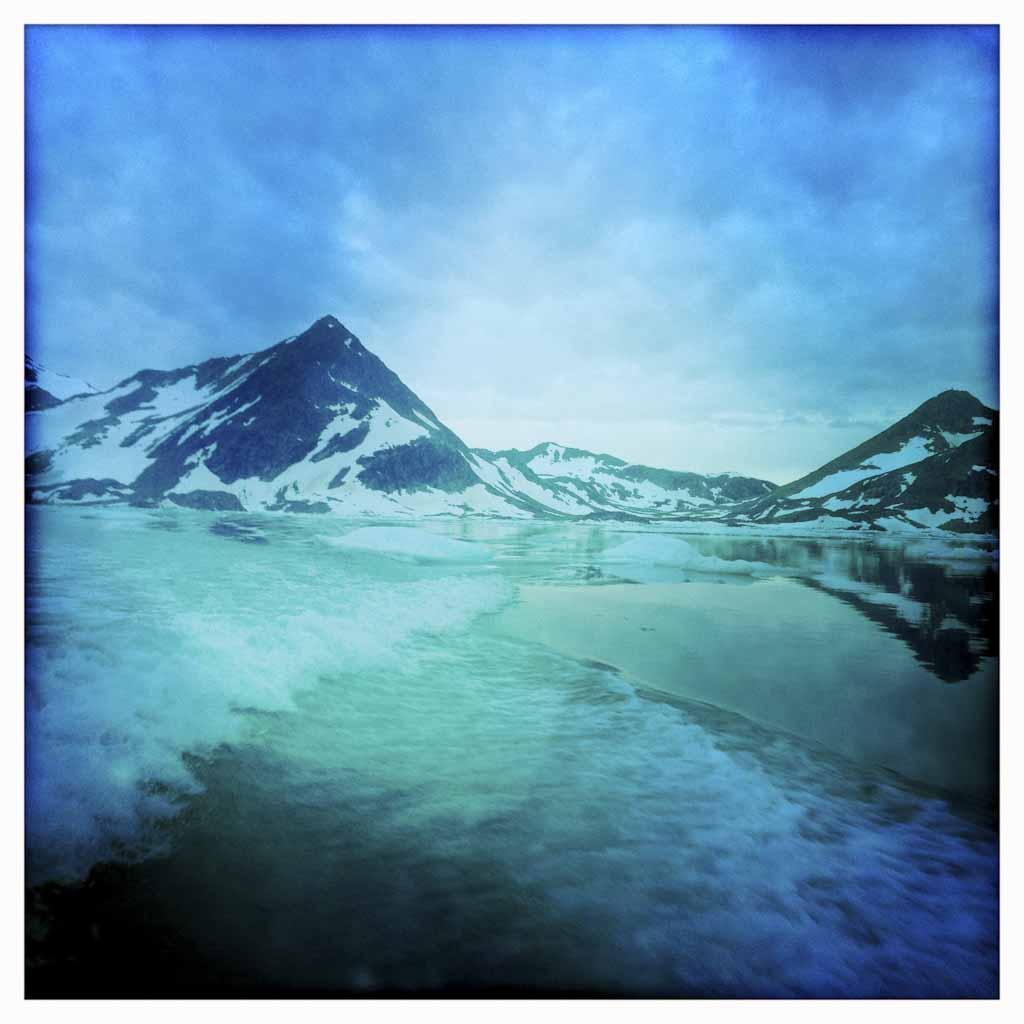 El glaciar Apusiaajik ha retrocedido 1,5 kilómetros entre los últimos y las montañas están desnudas de nieve.