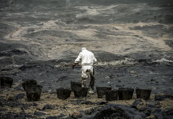 El desastre del Prestige se produjo cuando un buque petrolero monocasco resultó accidentado el 13 de noviembre de 2002, mientras transitaba cargado con 77.000 toneladas de petróleo, frente a la costa de la Muerte, en Galicia, en el noroeste de España, y tras varios días de maniobra para su alejamiento de la costa gallega, acabó hundido a unos 250 km de la misma. La marea negra provocada por el vertido resultante causó una de las catástrofes medioambientales más grandes de la historia de la navegación, tanto por la cantidad de contaminantes liberados como por la extensión del área afectada, una zona comprendida desde el norte de Portugal hasta las Landas de Francia. El episodio tuvo una especial incidencia en Galicia, donde causó además una crisis política y una importante controversia en la opinión pública..El derrame de petróleo del Prestige ha sido considerado el tercer accidente más costoso de la historia. © Pedro Armestre