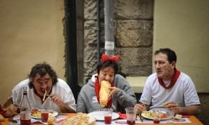 Gonzo (izquierda) junto a una pareja de franceses con los que almorzamos el 10 de julio de 2012 en Pamplona tras el encierro. (c) Pedro ARMESTRE Pinchando sobre la imagen podéis ver la cobertura del pasado año.