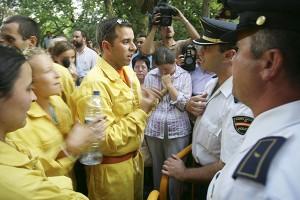 Compañeros de los once fallecidos discuten con la policía tras prohibirles la entrada al funeral celebrado en Guadalajara el día 22 de Julio de 2005. (c) Pedro ARMESTRE