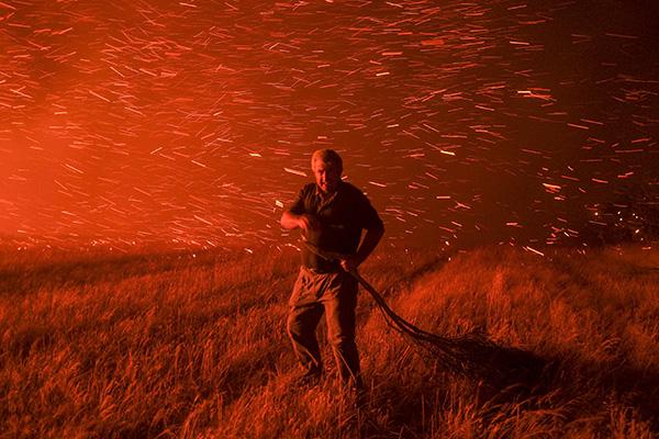 Un vecino de un municipio afectado por el incendio de Cualedro ayuda en las tareas de extinción, el 25 de agosto, 2013. Pulsando en la foto podrás ver la edición del editor de la campaña de incendios forestales. Todas las imágenes ha sido tomadas con cámaras fujifilm serie X (c) Pedro Armestre