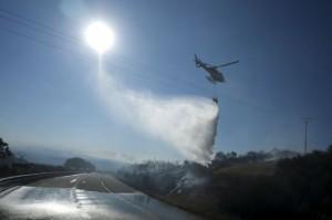 Un helicóptero descarga agua sobre un conato de incendio en Fumaces, en la provincia de Ourense el 25 de agosto, 2013. Imagen tomada con fujifilm X pro1. (c) Pedro ARMESTRE