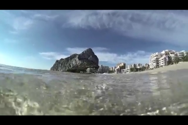 Playa de Calpe, localidad que tiene construido el 70% de su territorio costero. Pinchando en la fotografía puedes acceder a la galería de imágenes con lo bueno y lo malo del litoral. © Pedro ARMESTRE