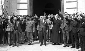 Autoridades conquenses cantan el 'cara al sol' a la salida de la basílica del Valle de los Caídos (Madrid), tras celebrar el Día de la Provincia de Cuenca. Mayo de 1975. El Diario de Cuenca. (c) JOSÉ LUIS PINÓS