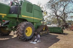 Un trabajador de Agrogeba en Bafatá, Guinea Bissau, reza durante un descanso laboral. © Pedro ARMESTRE Pulsa sobre la imagen para acceder a más información de la campaña de Alianza por la Solidaridad.