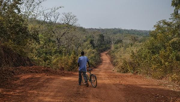 20 minutos fueron suficientes para que en aquella pista de roja tierra apareciera el ciclista que queríamos recordar con la Fujifilm XE-2. 23 enero 2014. © Pedro ARMESTRE