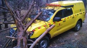 Estado en el que quedó ayer un vehículo con bomberos forestales de Madrid.
