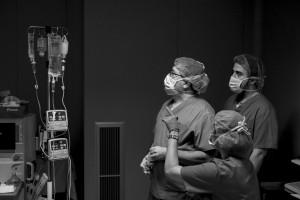 Una anestesista habla con los auxiliares durante una liposucción realizada en el Hospital Moncloa, en Madrid. © Pedro ARMESTRE-X