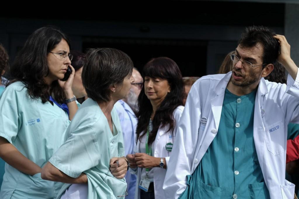 Trabajadores del hospital La paz de Madrid se concentran para protestar por las medidas tomadas por el gobierno con respecto a la gestión de la crisis del ébola en España. © Pedro ARMESTRE