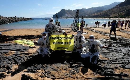 """""""Greenpeace simula un vertido de petróleo en la playa de las Teresitas de Tenerife para alertar de la peligrosidad de las prospecciones. 28 de junio 2014(c) Pedro ARMESTRE"""""""