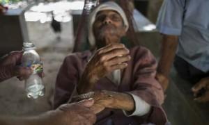Ernesto Montes, afectado por  Chikungunya es atendido por unos vecinos. La falta de agua complica la existencia de ancianos y enfermos que viven solos y que no tienen posibilidad de acudir a los ríos a conseguirla. © Pedro ARMESTRE