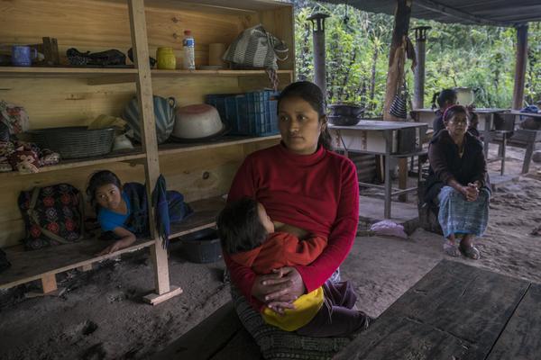 Eulalia Angelina Pablo, 29 años, es una de las mujeres que todos los días se encuentra en el campamento de resistencia en Santa Cruz de Barillas (Guatemala). El campamento impide que las máquinas de la empresa española Ecoener no puedan entrar al territorio maya. © Pedro ARMESTRE