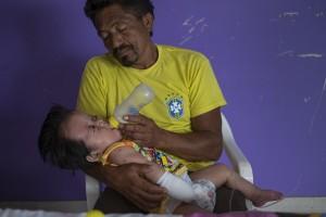 César, padre de Ángel César cuida de su hijo tras la operación © Pedro ARMESTRE