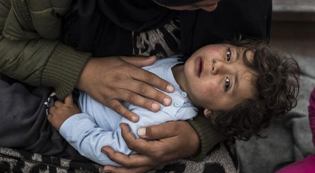 Hoy, el y su familia también han sido expulsado de Idomeni, Grecia.  Su delito, huir de la guerra con fiebre, enfermo, y en brazos de su madre.