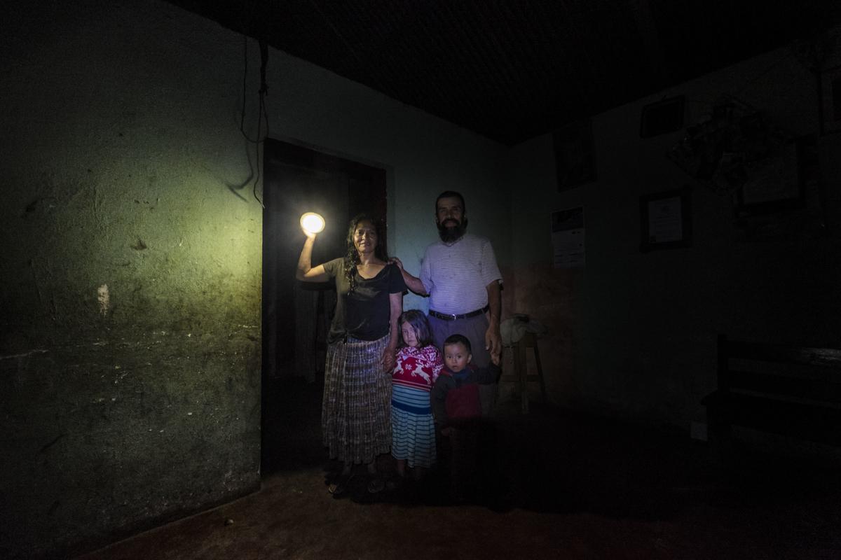 25 noviembre 2014.  María Dolores Caal, de 50 años, y su marido Ramiro Sierra, de 50, viven en Chacalté (Cobán, Guatemala), una pequeña aldea que está muy cerca de la hidroeléctrica Renace pero no tiene luz ni en calles ni en casas. Esta matrimonio tiene que utilizar bombillas solares. Tienen dos hijos: Flor de María, de 5 años, y Essau, de dos. En Cobán (Guatemala) la hidroeléctrica española Renace se ha instalado con amenazas a la población y falsas promesas de desarrollo para la zona. La compañía también ha prohibido el acceso al río Cahabón para miles de personas y no ha respetado la estrecha relación de los indios mayas con el medio ambiente. Renace es una empresa guatemalteca, pero ha dado el contrato de la construcción de la hidroeléctrica a la empresa española Cobra (FCC). El proyecto ha dividido a la población entre partidarios y detractores. ©Calamar2/ Pedro ARMESTRE