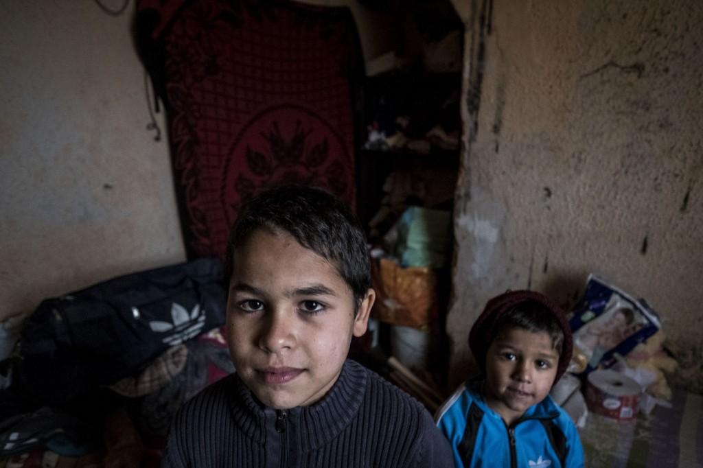 Nicuçor (Izquierda) y su hermano Ionica (derecha) muestran la habitación en la que duermen. Casi el 50% de la infancia de Rumanía vive sin el mínimo en nutrición ropa y cobijo. Solo el 3% del PIB va a educación. Pulsa sobre la imagen para leer el reportaje en El periódico de Cataluña.