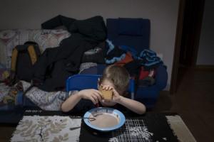 """Más del 60% de los niños más pobres viven en hogares cuyo sustentador principal tiene un trabajo temporal. En el caso de los más ricos el porcentaje es de un 5%. Pulsa sobre la imagen para acceder al Informe de Save the Children """"Desheredados""""."""